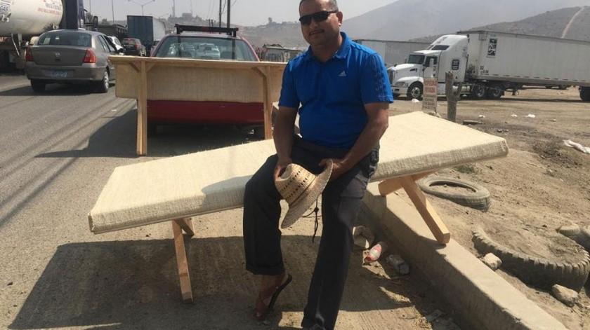 Pedro Noé vende los catres sobre la carretera libre a Tecate, frente al fraccionamiento El Refugio o en el BulevarCasa Blanca..(Ashley García)