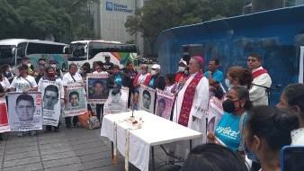 Ayotzinapa: Celebran misa padres de los 43 normalistas en Ángel de la Independencia