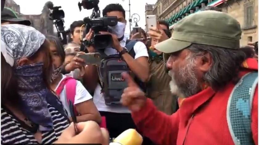 """""""Así no nos van a escuchar"""": papá de desaparecido increpa a feminista en Zócalo de CDMX(Especial)"""