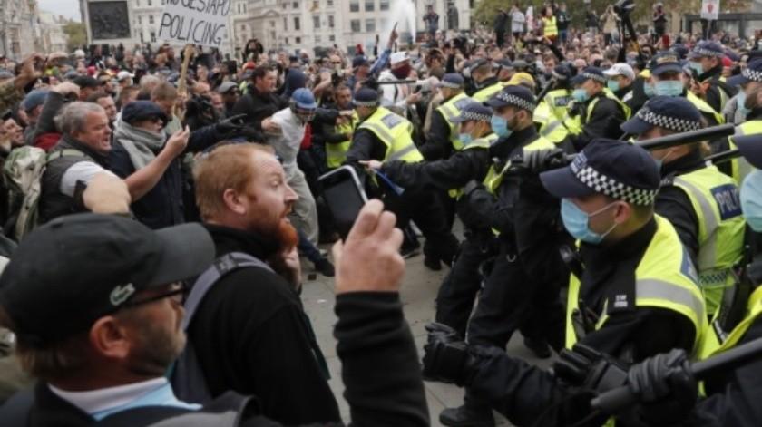 Se confrontan manifestantes y Policía de Londres en marcha contra medidas Covid-19(AP)