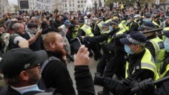 Se confrontan manifestantes y Policía de Londres en marcha contra medidas Covid-19