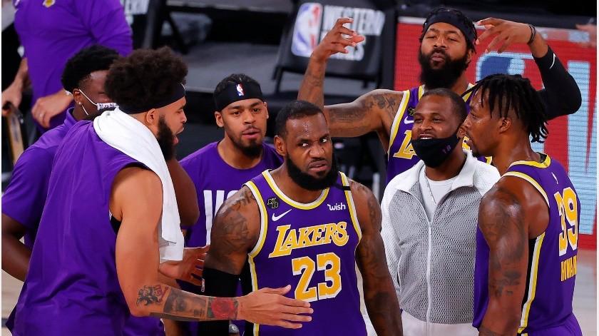 Los Lakers celebran en el juego contra los Nuggets.(Twitter @NBA)
