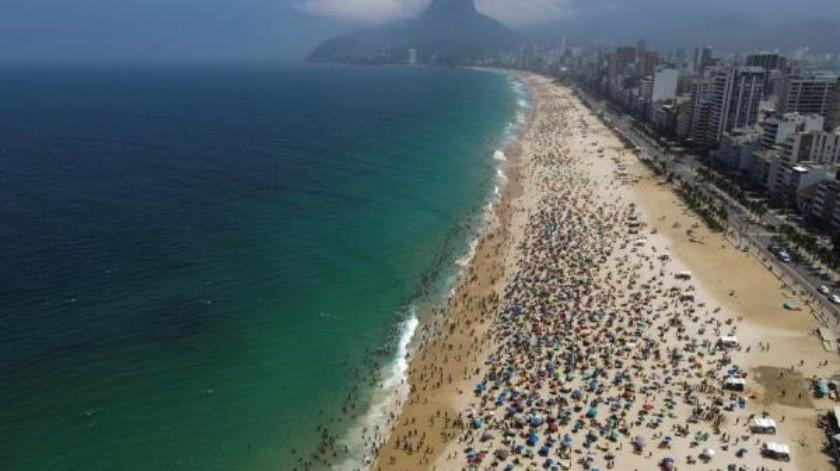Fotografía aérea del 13 de septiembre de 2020 en la playa de Ipanema, repleta de bañistas, durante el proceso de desescalada de medidas por Covid-19, en Río de Janeiro.(EFE / Antonio Lacerda)