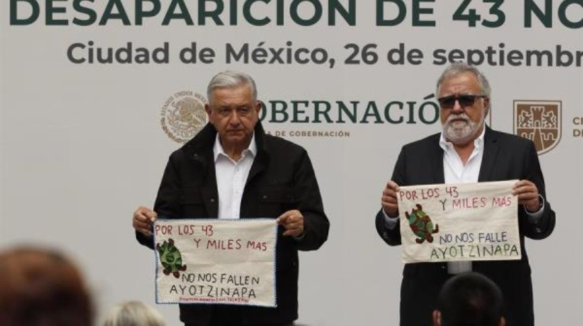 El Presidente de México, Andrés Manuel López Obrador (i) y el Subsecretario de Derechos Humanos, Alejandro Encinas (d), se reunieron este sábado con los padres de 43 estudiantes desaparecidos de Ayotzinapa, en el Palacio Nacional en Ciudad de México.(EFE / José Méndez)