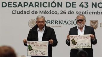 El Presidente de México, Andrés Manuel López Obrador (i) y el Subsecretario de Derechos Humanos, Alejandro Encinas (d), se reunieron este sábado con los padres de 43 estudiantes desaparecidos de Ayotzinapa, en el Palacio Nacional en Ciudad de México.