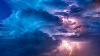 Cielo nublado la mayor parte del día con lluvias muy fuertes en la Ciudad de México y el Estado de México, ambas acompañadas de descargas eléctricas y posible caída de granizo.