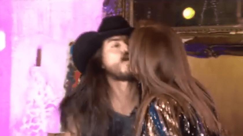 Le roban beso a Lucía Méndez en pleno programa.(Instagram/ReyGruperoMx.)