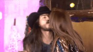 Le roban beso a Lucía Méndez en pleno programa.