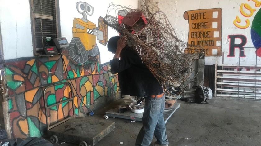 Los pepenadores llevan el producto de su trabajo a las diferentes recicladoras del municipio de Nogales.(Manuel Jiménez)