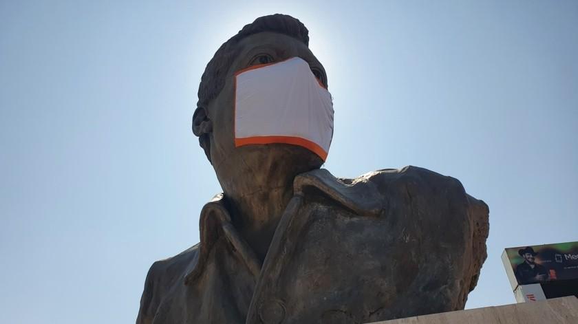 Colocan cubre bocas al busto de Luis Donaldo Colosio en Olivares y bulevar que lleva su nombre en Hermosillo, Sonora.(Julián Ortega)