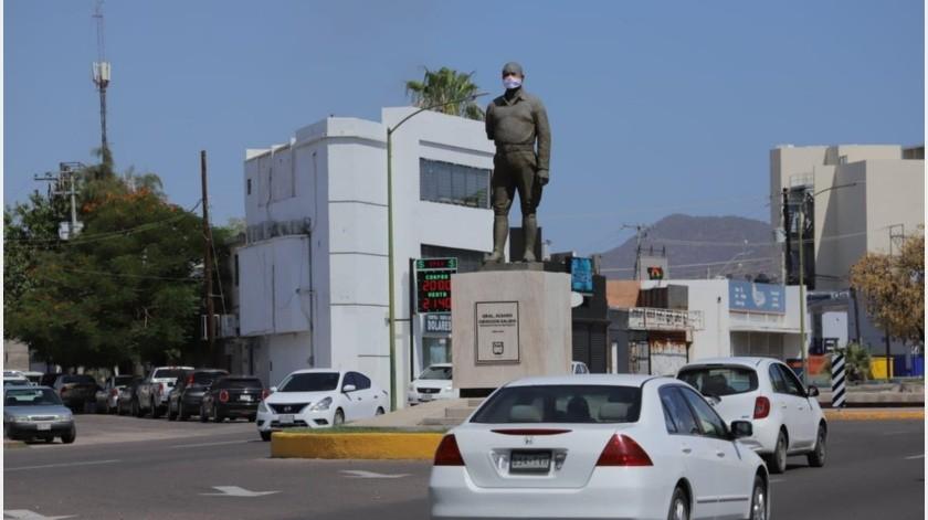 Estatua del General Álvaro Obregón sobre bulevar Rodriguez también con cubre bocas.(Julián Ortega)