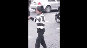 Con lágrimas se retira niño luego de que un trabajador de la CDMX le quita el producto que vendía en la calle