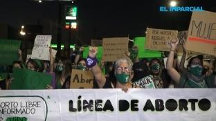 Decenas de personas marcharon la noche del domingo en favor de la legalización del aborto en Baja California.