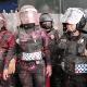 Mujeres policías fueron humilladas por manifestantes durante la protesta contra la despenalización del aborto en la Ciudad de México.
