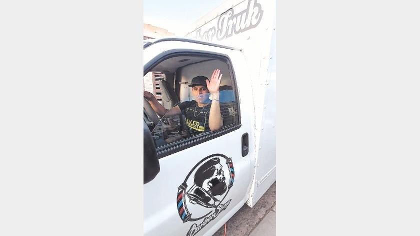 Jesús Gerardo Fernández Valenzuela, de 31 años de edad, adaptó su negocio y llegó hasta la puerta de sus casas.(Gamaliel González)
