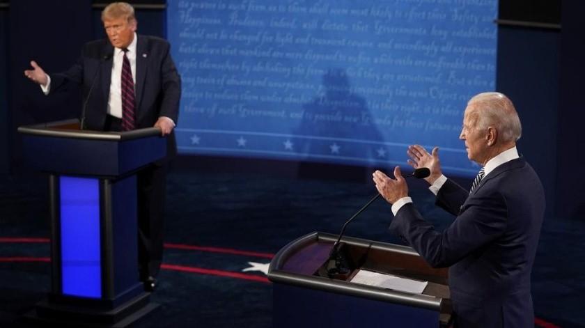 El moderador Chris Wallace de Fox News, al centro, hace un gesto durante el primer debate presidencial entre el mandatario Donald Trump, a la izquierda, y el candidato demócrata, el exvicepresidente Joe Biden.(AP)