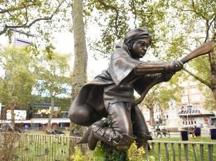 La estatua se encuentra en Leicester Square, donde ya ha llamado la atención de los turistas.
