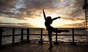 La actividad moderada equivale a una caminata rápida, mientras que las actividades vigorosas aumentan la frecuencia cardíaca y respiratoria.