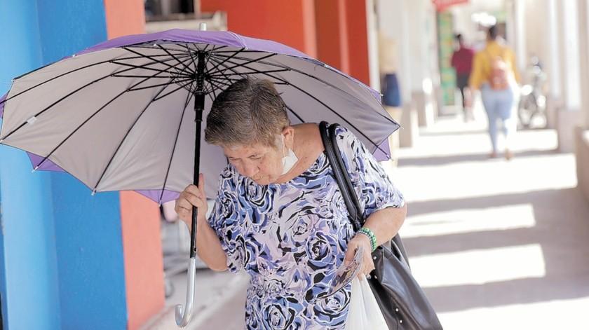 Las temperaturas en Hermosillo continúan por encima de los 40°C, lo que obliga algunos ciudadanos usar sombrillas.(Julián Ortega)