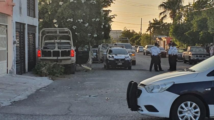 El carro que resultó más dañado en el impacto fue un Tsuru color blanco, aquí una mujer y su hijo resultaron con golpes.(GH)