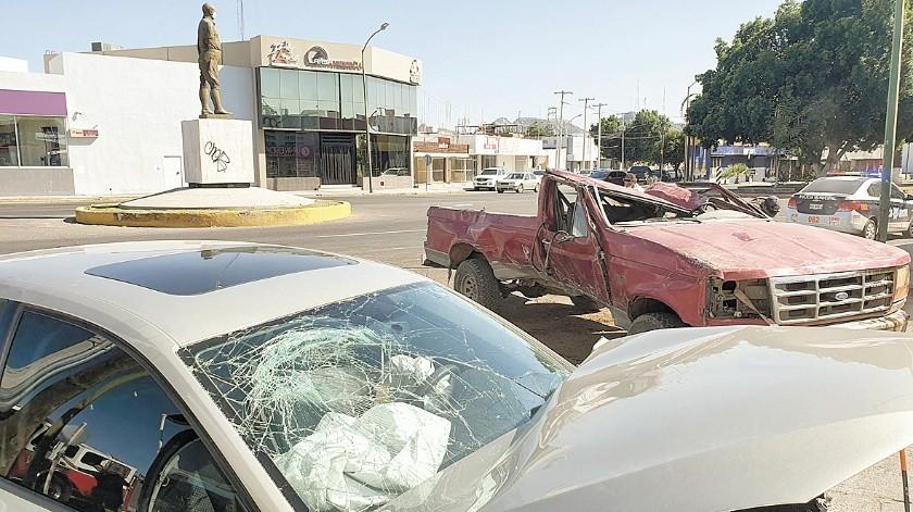 El choque volcamiento ocurrió en el bulevar Rodríguez y Zacatecas, con saldo de dos personas lesionadas.(Juli�n Ortega)