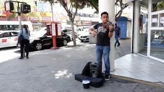 Cautiva violinista con su historia y recibe beca