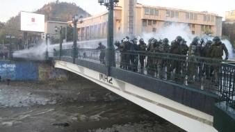 Imágenes registradas por un canal de televisión muestran como el joven cae al canal de un río, tras ser arrojado por la baranda de un puente