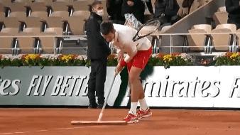 ¡Que considerado! Novak Djokovic apoyó para secar la cancha en el Roland Garros