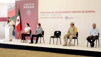 Claudia Pavlovich, gobernadora de Sonora, dirige unas palabras al Presidente de la República