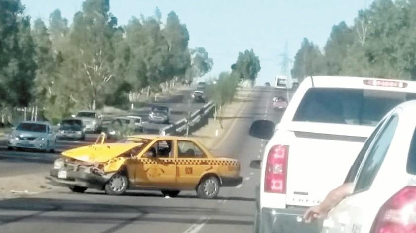 Un conductor de una vagoneta invadió carril de la carretera y provocó el choque con el taxi.(Especial)