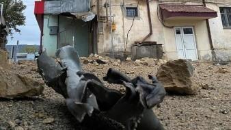 Vista de los restos de un proyectil tras impactar en un edificio en Stepanakert.
