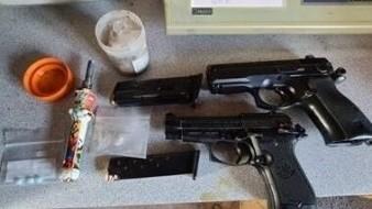 Caen dos con auto robado, armas y drogas en Yuma