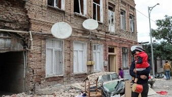 Dos corresponsales de la BBC entran a la zona de conflicto donde son testigos del bombardeo, el temor de los refugiados y la determinación de la etnia armenia para resistir el embate de las fuerzas azeríes.