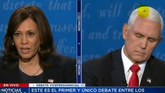 Mosca se posa sobre Mike Pence y distrae en debate de vicepresidentes