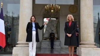Durante su estancia en París, la Dra. Gutiérrez Müller se reunió en el Palacio del Eliseo con la esposa del presidente de Francia, Sra. Brigitte Macron.