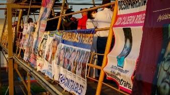 Colocan de nuevo mantas de desaparecidos en puente