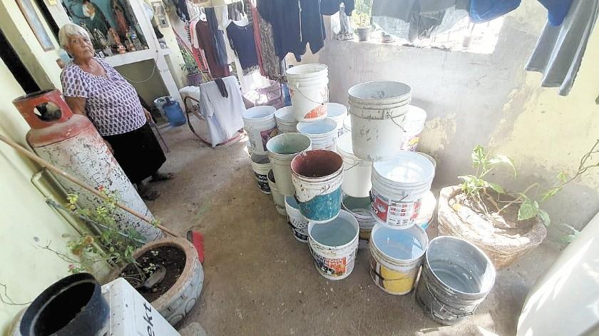 Susana Oyama, de 67 años de edad, almacena el agua que le llevaron en una pipa en 26 cubetas.(Gamaliel González)