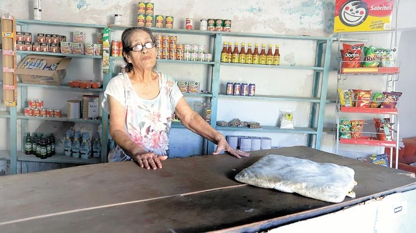 Josefina Rodríguez Ibarra atiende con gusto en el 'Abarrotes Crucita', desde hace 50 años en la colonia El Ranchito.(Anahí Velásquez)