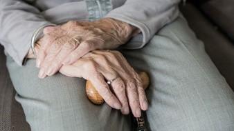 Muchos adultos mayores no tienen acceso a la tecnología o no saben utilizarla, lo que dificulta que mantengan el contacto en la pandemia