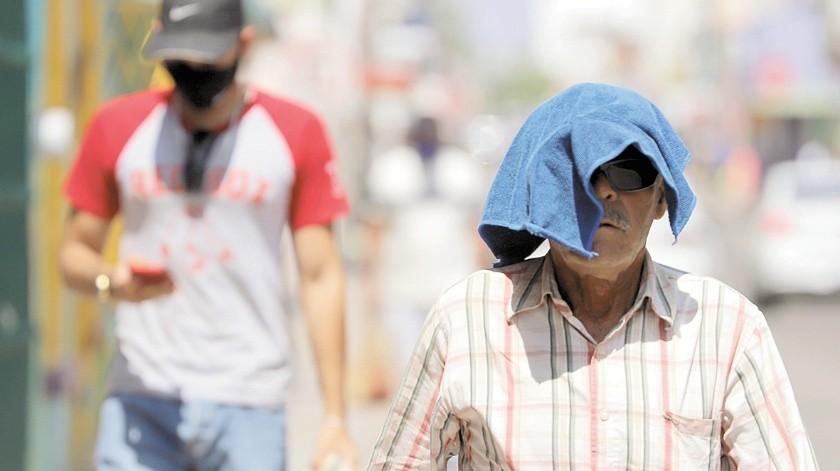 Una persona se cubre el rostro con una pequeña toalla al caminar por el Centro Histórico de Hermosillo. Este fin de semana las temperaturas serán más agradables, informó la Conagua.(Julián Ortega)