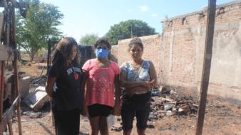 Un corto circuito en una vivienda provocó un incendio que arrasó con todo, dejando a Raquel y sus dos hijas, de 11 y 12 años de edad, a la deriva desde el pasado miércoles
