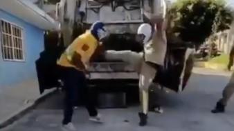 En un clip de poco menos de un minuto, tres hombres realizan piruetas y tiran golpes