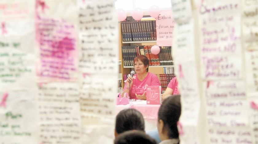 Consuelo Patricia Mada Duarte en una exposición de pensamientos escritos por personas que han padecido cáncer, en octubre de 2014.(Anahí Velásquez)