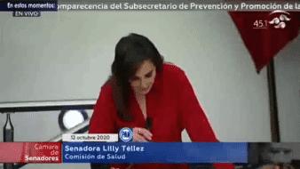 Los senadores de oposición mostraron pancartas en contra de López-Gatell, a quien le reclamaron las 83 mil muertes.