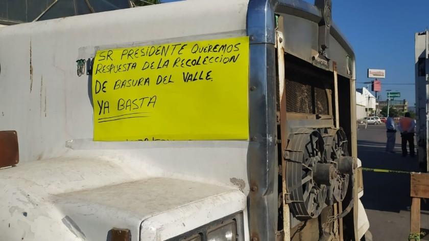 La compañía concesionara del sistema de limpia paró los dompes en el exterior de Palacio Municipal(Especial)