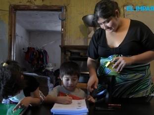 María Ibarra, madre del pequeño Óscar de 6 años de edad, comentó que dadas las condiciones económicas de su casa, en su celular es donde miran las clases que les envía la profesora.