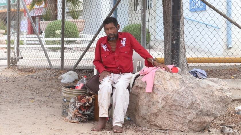José Manuel pasa los días y noches junto a una piedra, bajo un árbol, señala que ya tiene un mes así(Teodoro Borbón)