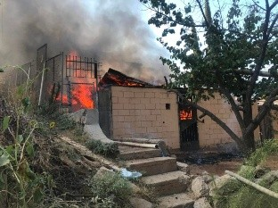 Las llamas arrasaron con dos viviendas y causaron daños parciales en una tercera.