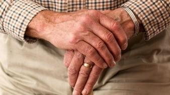 Medios locales que reportan que el adulto mayor se encontraba recibiendo atención médica.