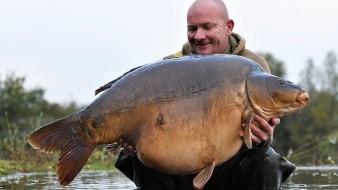 Captura pez carpa más grande de Reino Unido pero no se atreve a registrar su récord